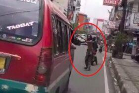 Potongan video orang gangguan jiwa membuka jalan untuk ambulans. (Instagram)