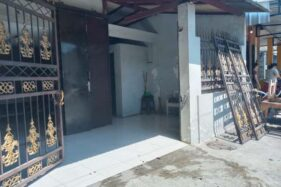Pagar rumah Honggorejo di Jl. Profesor dr. Soeharso, Jajar, Laweyan, Solo, roboh akibat dihantam ban truk yang terlepas, Kamis (7/11/2019). (Solopos-M. Aris Munandar)