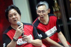 Manajer Tim PB Djarum Fung Permadi (kanan) dan Legenda Bulutangkis Indonesia Liem Sie Kwing memberikan paparannya dalam konferensi pers di GOR Djarum, Kudus, Jawa Tengah, Selasa (19/11/2019). (Antara-PB Djarum)
