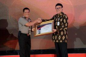 Kapolres Cilacap AKBP Djoko Julianto menerima penghargaan Pelayanan Publik Kategori Sangat Baik dari Menpan RB Tjahjo Kumolo di Jakarta, Rabu (20/11/2019). (Antara-Polres Cilacap)