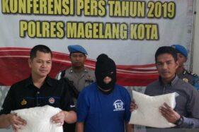 Polisi menunjukkan salah satu barang bukti berupa beras dalam kantong plastik. (Antara-Heru Suyitno)