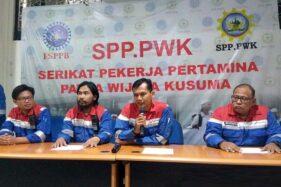 Sekretaris Jenderal Serikat Pekerja Patra Wijaya Kusuma (SPP PWK) Dwi Jatmoko (kedua dari kanan) tampil dalam konferensi pers di Gedung Patra Graha, Cilacap, Jawa Tengah, Senin (18/11/2019). (Antara-Sumarwoto)