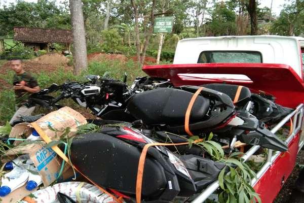 Ambyar! Pohon Tumbang Timpa Pikap Angkut 2 Sepeda Motor di Wonogiri