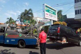 Petugas Dinas Perhubungan Kota Solo memindahkan mobil yang terparkir di halaman RS PKU Muhammadiyah Solo, Jumat (15/11/2019). (Solopos-Ichsan Kholif Rahman)