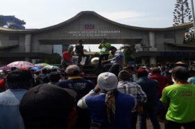 Ratusan warga Desa Slarang melakukan protes di depan pabrik PLTU PT S2P di Kabupaten Cilacap, Jateng, Kamis (14/11/2019). Mereka menuntut PLTU memperbaiki limbah batu bara karena mengganggu kesehatan warga. (Semarangpos.com-Walhi Jateng)