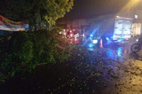 Petugas mengevakuasi pohon tumbang di simpang lima komplang, Banjarsari, Solo, Selasa (12/11/2018) sore. (Solopos/Ichsan Kholif Rahman)