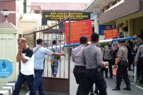 Polisi berjaga pascabom bunuh diri di Mapolrestabes Medan, Sumut, Rabu (13/11/2019). (Antara-Irsan Mulyadi)