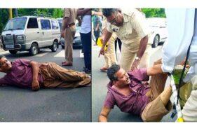 Tak Mau Ditilang, Pengendara Motor Tiduran di Jalan