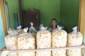 Rambak kulit sapi produksi rumahan di Desa Plosowangi, Kecamatan Cawas, Klaten, Minggu (17/11/2019). (Solopos-Taufiq Sidik Prakoso)