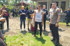 Polres Jember menggelar rekonstruksi ulang pembunuhan Surono. (detik.com)