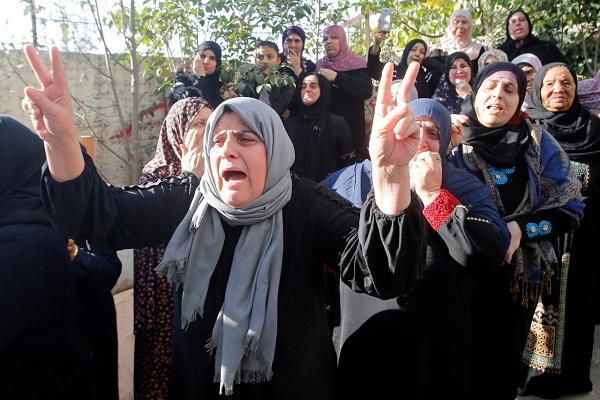 Reaksi kerabat saat Omar Badawi yang merupakan pemuda Palestina korban penembakan pasukan Israel dimakamkan di penampungan Al-Arroub, Tepi Barat, Palestina, Senin (11/11/2019) (Reuters-Mussa Qawasma)