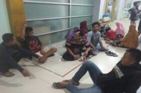 Beberapa siswa SMKN 1 Miri, Sragen, menunggui teman mereka yang dirawat di RS Karima Utama, Kartasura, Sukoharjo, Rabu (20/11/2019). (Solopos/Nadia Lutfiana Mawarni)