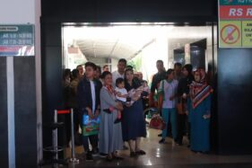 Selvi Ananda bersama La Lembah Manah dan keluarganya pulang dari RS PKU Muhammadiyah Solo, Senin (18/11/2019). (Solopos/Sunaryo Haryo Bayu)