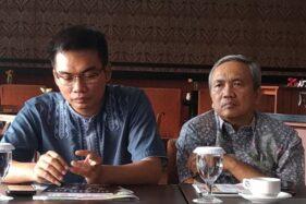 Bambang Sadono (kanan) dan Wakil Sekretaris Panitia HUT Ke-55 Partai Golkar Izwan Ghozali tampil dalam konferensi pers Seminar Menumbuhkan Ekonomi Jawa Tengah 7 Persen di Kota Semarang, Jawa Tengah, Sabtu (9/11/2019). (Antara-Wisnu Adhi)