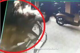Video detik-detik septictank di Kapling Blok O, RT 16 RW 03, Cakung, Jakarta Timur, DKI Jakarta, meledak, Senin (4/11/2019). (Instagram-@kontributorjakarta)