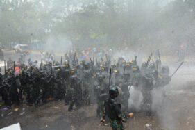 Puluhan pasukan keamanan pangkalan Lanud Iswahjudi menghalau para demonstran yang akan merangsek masuk ke pangkalan di pos barat, Rabu (13/11/2019). (Istimewa-Lanud Iswahjudi)