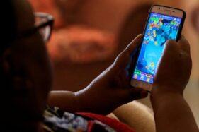 Ilustrasi menatap layar smartphone. (Reuters)