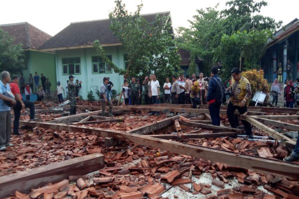 Aula SMK 1 Miri Sragen Ambruk Diterjang Angin, Belasan Siswa Terluka