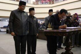 Ketua DPRD Jawa Tengah Bambang Kusriyanto menandatangani persetujuan APBD 2020. (Antara-Setda Jateng)