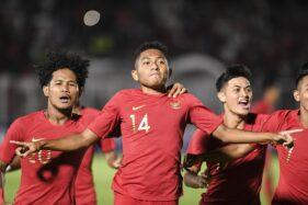 Pemain timnas Indonesia U-19 Muhammad Fajar Fathur Rachman (tengah) bersama rekan-rekannya melakukan selebrasi seusai mencetak gol ke gawang Timor Leste U-19 pada laga babak kualifikasi grup K Piala Asia U-19 2020 di Stadion Madya Gelora Bung Karno, Senayan, Jakarta, Rabu (6/11/2019). (Antara - Hafidz Mubarak A)
