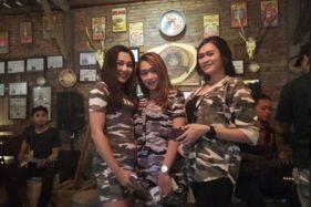Trio Ambyar di Comando Coffee, depan Markas Grup 2 Kopassus, Kandang Menjangan, Kartasura, Sukoharjo, Jateng. (Istimewa)