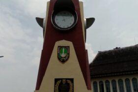 Hampir Copot, 1 Jam di Tugu Jam Pasar Gede Solo Akhirnya Dibenahi