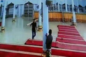 Potongan video pria yang merusak masjid di Bireun, Aceh. (Detik.com)