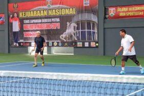 Wali Kota Magelang Sigit Widyonindito (kanan) bermain dalam Kejurnas Tenis Lapangan Beregu Putra Wali Kota Magelang Cup 2019, Kamis (14/11/2019). (Antara-Humas Pemkot Magelang)