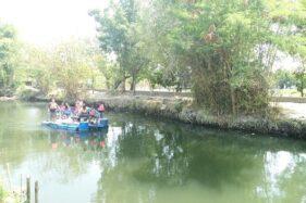 Sejumlah pengunjung mengelilingi sungai dengan menaiki perahu di Kali Baki, Desa Menuran, Kecamatan Baki,Sabtu (14/12/2019). (Solopos/Bony Eko Wicaksono)