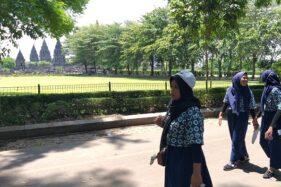 Warga berkunjung ke kompleks Candi Prambanan, Sabtu (14/12). Di akhir tahun nanti, pengelola Candi Prambanan mematok target dapat menarik 280.000 pengunjung. (Solopos/Ponco Suseno)
