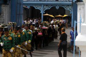 Abdi dalem membawa sesajen dari Kori Kamandungan menuju Sitihinggil pada tradisi Wilujengan Nagari Mahesa Lawung Wawu 1953 di Keraton Kasunanan Surakarta Hadiningrat, Kamis (26/12/2019). (Solopos/M. Ferri Setiawan)