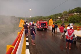 Sisa Kayu Bekas Jembatan Kemukus Terbakar
