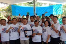 Bawaslu Kabupaten Blitar berpose seusai meresmikan Kampung Antipolitk Uang. (detik.com)