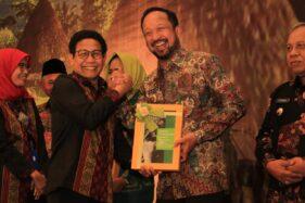 Bupati Ponorogo Ipong Muchlissoni menerima dokumen pengembangan Kawasan Perdesaan Terpadu dari Menteri Desa Pembangunan Daerah Tertinggal dan Transmigrasi RI, Abdul Halim Iskandar, di Jakarta, Selasa (3/12/2019). (Istimewa-Pemkab Ponorogo)
