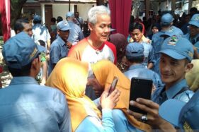 Gubernur Jawa Tengah Ganjar Pranowo menyalami sejumlah calon transmigrasi yang akan diberangkatkan menuju Kabupaten Bulungan, Kalimantan Utara. (Antara-Wisnu Adhi)