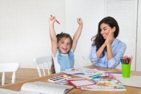 Ilustrasi ibu menemani anak belajar. (Freepik)