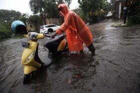Hujan Lebat, Jalan Depan Rumah Duka Thiong Ting dan SPBU Manahan Solo Bak Kolam Ikan