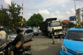 KA Bandara Jalan, Palang Joglo Macet Pol! Kendaraan Terhenti Nyaris 15 Menit