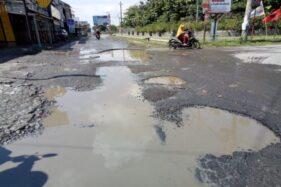 Jalan rusak di kawasan Gonilan, Kartasura, Sukoharjo. (Solopos-dok)