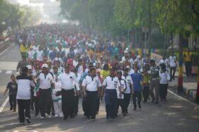 Ribuan guru mengikuti jalan santai untuk memperingati HUT ke-74 PGRI dan HGN, Sabtu (6/12/2019). (Istimewa-Pemkot Madiun)