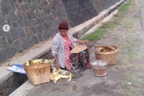 Mbah Sumari si pedagang jagung bakal di depan Markas Kopasus Kandang Menjangan. (Instagram-@christsetyawan)