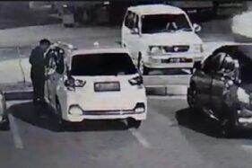 Tangkapan layar video aksi pencurian di rest area jalan Tol Saradan, Madiun, Kamis (19/12/2019). (Istimewa)