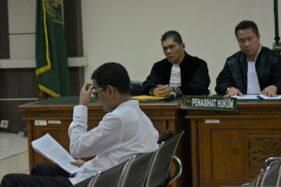 Bupati nonaktif Kudus Muhammad Tamzil (kiri) menjalani sidang perdana kasus suap pengisian jabatan Pemkab Kudus di Pengadilan Tipikor Semarang, Jawa Tengah, Rabu (11/12/2019). (Antara-R. Rekotomo)