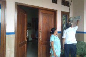 Kondisi rumah PKM di Jombang yang enolak dipasangi stiker