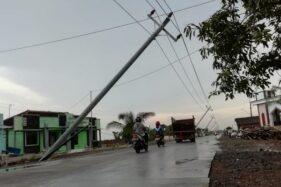 Tiang listrik beton milik PLN di tepi jalur jalan Guyangan-Glonggong, Desa Tondomulyo, Kecamatan Jakenan, Pati, Jawa Tengah nyaris rebah, Rabu (11/12/2019). (Antara)