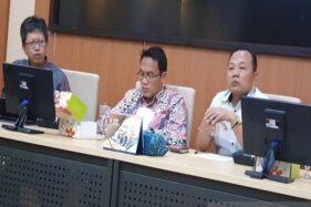 Pemred Suara Merdeka Gunawan Permadi (kiri), Prof. Budi Setiyono (tengah), dan Teguh Hadi Prayitno (kanan) tampil pada Diskusi Peran Jurnalisme pada Era Society 5.0 di Kampus Undip Tembalang, Semarang, Jawa Tengah, Selasa (10/12/2019). (Antara-Achmad Zaenal M.)