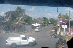 Bangunan tertimpa baliho di sekitar Palang Joglo, Kelurahan Nusukan, Kecamatan Banjarsari, Solo, Rabu (11/12/2019). (Solopos-Wahyu Prakoso)