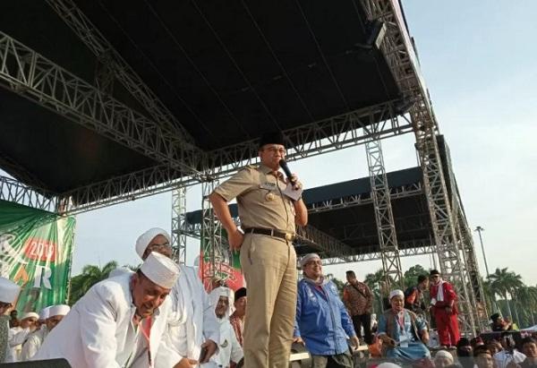 Gubernur DKI Jakarta Anies Baswedan memberi sambutan Reuni 212 di Monas, Jakarta Pusat, Senin (2/12/2019). (Antara-Livia Kristianti)