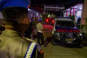 Sejumlah polisi berjaga di depan kamar jenazah tempat disemayamkannya jenazah Bharatu Moh Syaiful Muhdori di Rumah Sakit Bhayangkara Palu, Sulawesi Tengah, Jumat (13/12/2019) malam. Bharatu Moh Syaiful yang bertugas dalam Satgas Operasi Tinombala tewas dalam kontak tembak dengan kelompok militan Poso pimpinan Ali Kalora usai shalat Jumat di Kabupaten Parigi Moutong pada Jumat (13/12/2019). ANTARA FOTO/Basri Marzuki/wsj.
