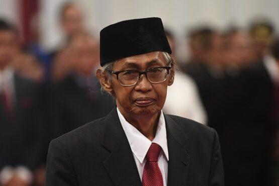 Anggota Dewan Pengawas KPK Artidjo Alkostar bersiap mengikuti upacara pelantikan Pimpinan dan Dewan Pengawas KPK di Istana Negara, Jakarta, Jumat (20/12/2019). (Antara-Akbar Nugroho Gumay)